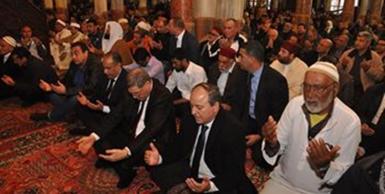 جامع الزيتونة: رئيس الحكومة يؤدي صلاة الجمعة بإمامة وزير الشؤون الدينيّة